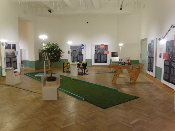 Play petanque in the exhibition